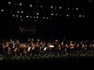 Takacs Nagy conducting the Verbier Festival Chamber Orchestra